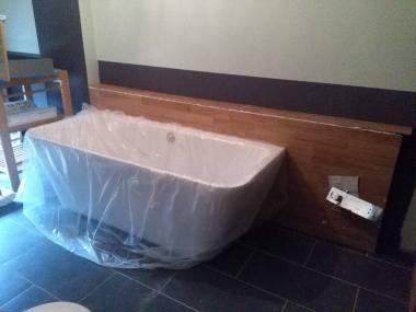 La baignoire à son emplacement définitif